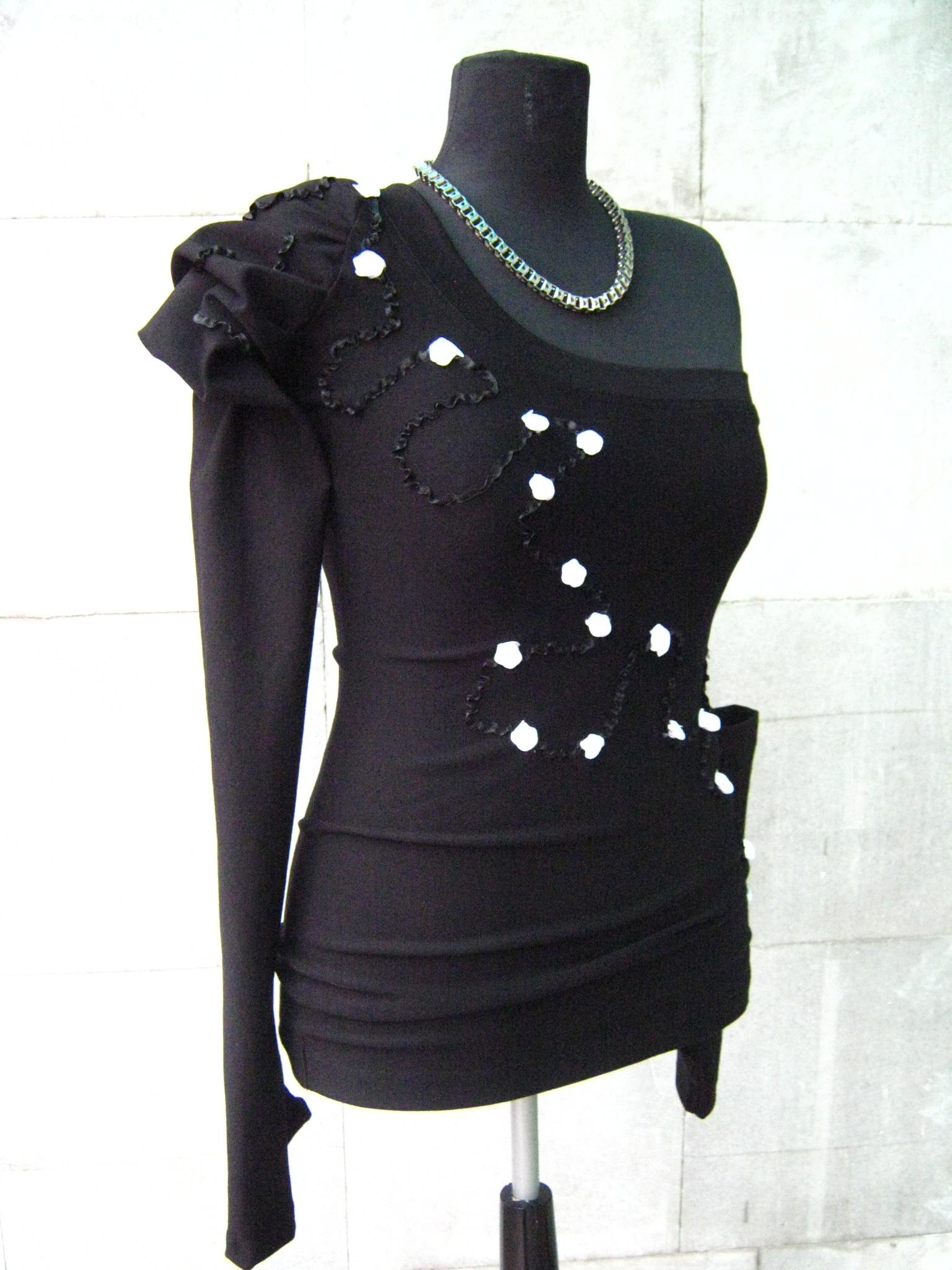 Елегантна черна блуза с апликация от сатен и малки бели рози