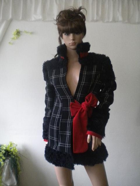 Стилно дамско палто комбинация между - черно ,червено и бяло