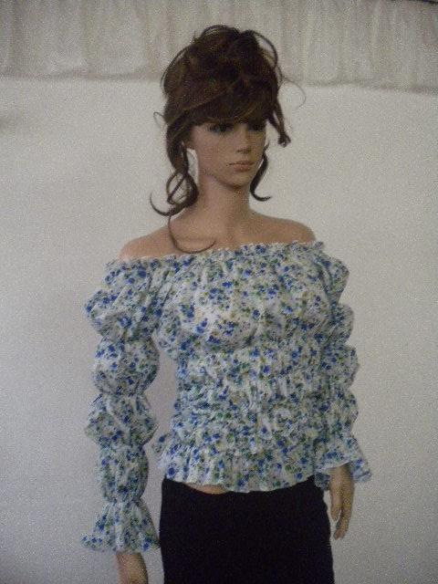 Красива и стилна блуза на ластици от фин памук на малки сини цветя