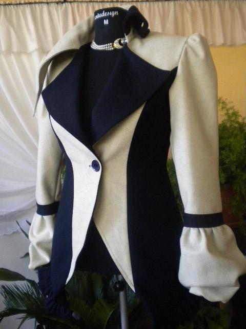 Уникат .   Дамско палто  комбинация между екрю и тъмно син вълнен текстил