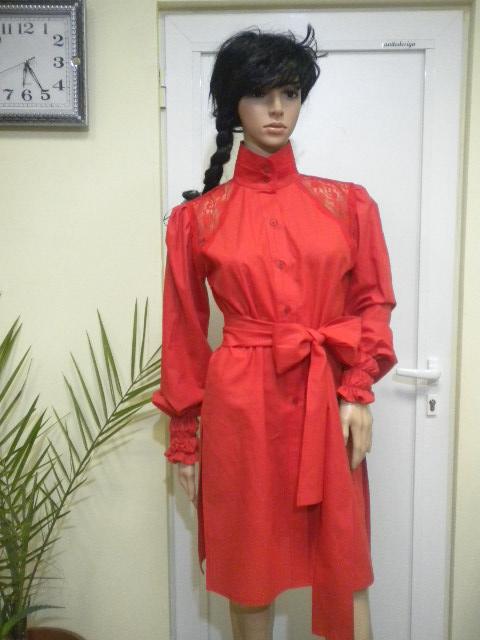 Дамска червена туника с дантела и цепки от страни , изработена от червен памук .