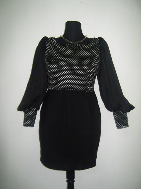 Елегантна дамска рокля черно и бяло на точки с ръкави от коприна