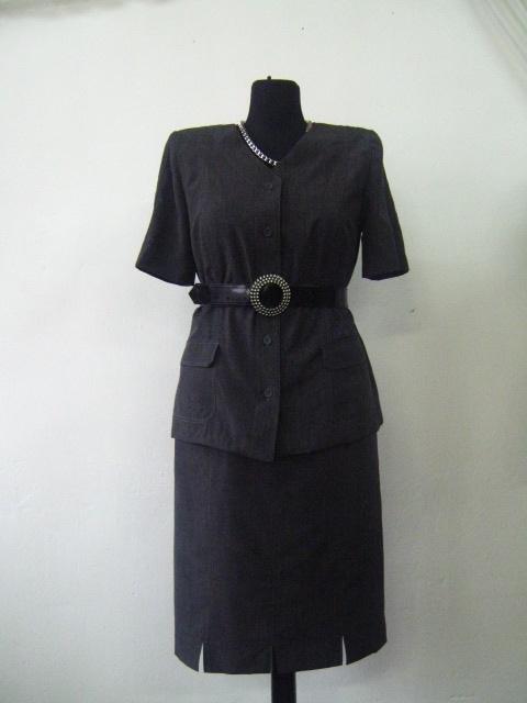 Елегантен костюм в сиво с черен колан