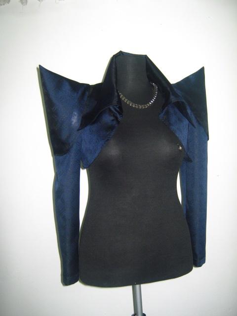 Красиво и нестандартно болеро от тъмно синя бродирана коприна ,с допълнителни части за ръкавите