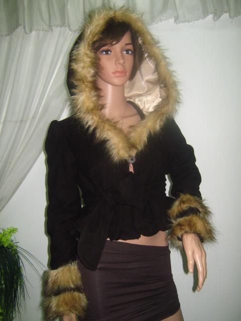 Късо дамско сако -яке с  качулка и пух