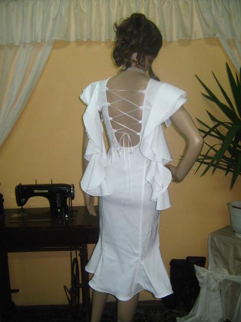 Бяла рокля с гол гръб ,връзки, къдри на ръкавите ,пола с парчет