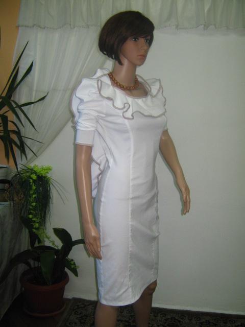 Красива бяла рокля с бежова гарнитура ,гол гръб и цвете