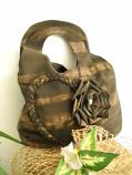 Дамска чанта тип торбичка с плетка и цвете