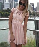 Ефирна дамска рокля с едра дантела на цвeтя розово